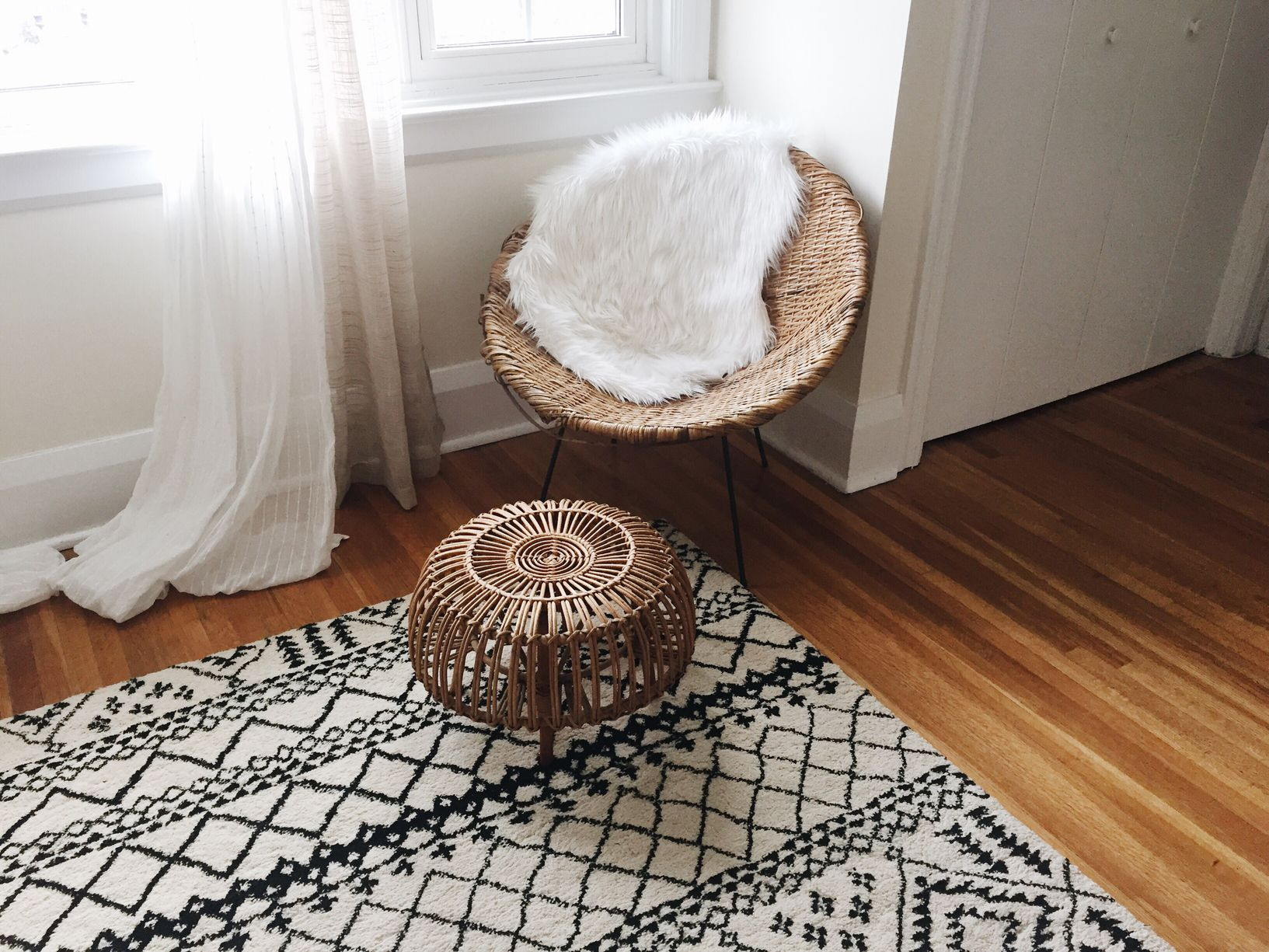 hardwood floor specialists redondo beach of choose the right size area rug for under your king bed inside stocksy txpaf693fccatn100 medium 886868 5a58d292da27150037e5d9bd