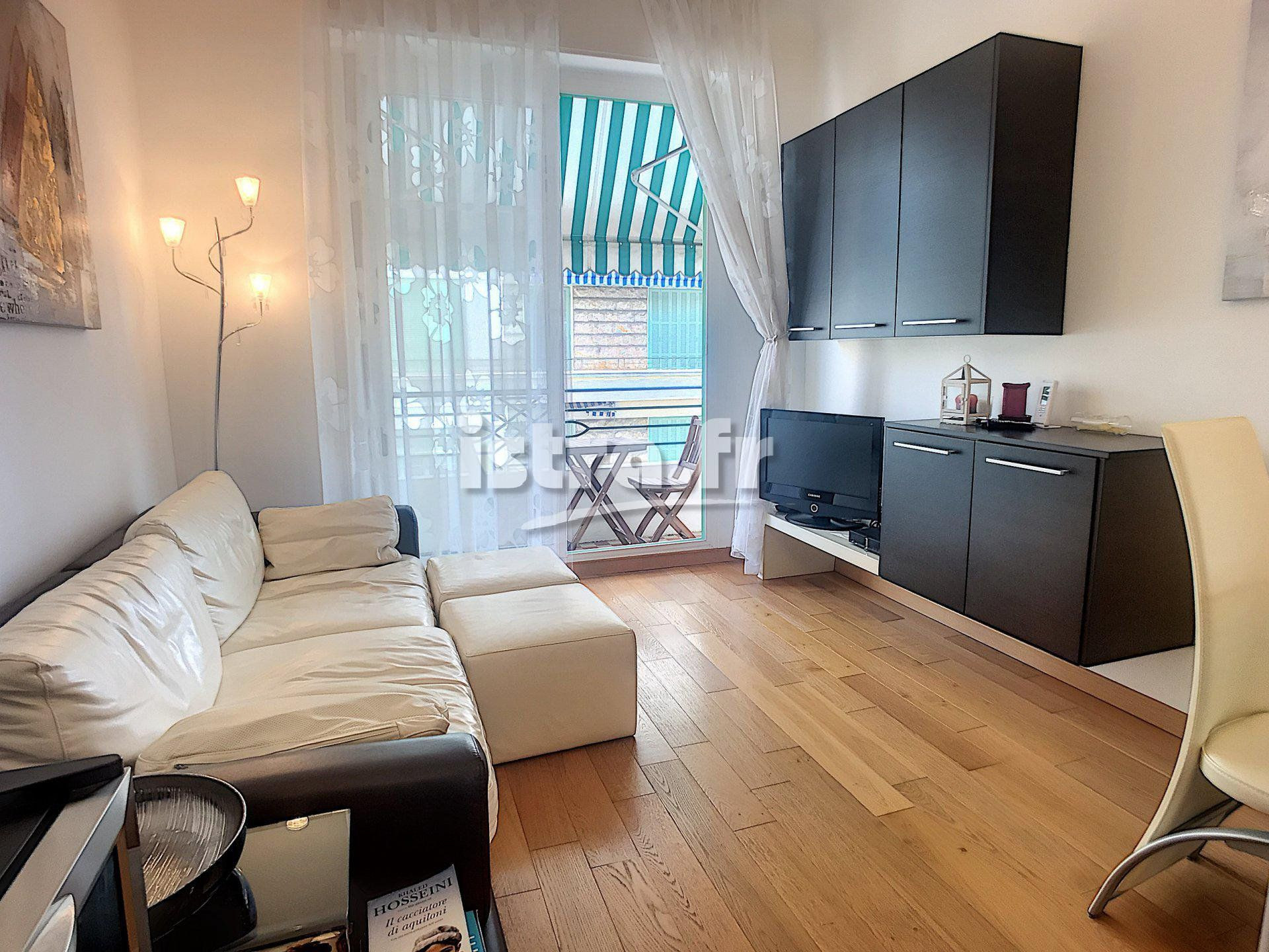 hardwood versus laminate flooring the truth of nice fleurs district lovely 2 bedroom apartment throughout 17452021845b21379fc78987 32893964 de8883ad1c 1920